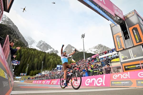 Il francese Nans Peters (AG2R La Mondiale), che aveva indossato la Maglia Bianca di miglior giovane a metà Giro, ha vinto in solitaria la Tappa 17 ad Anterselva