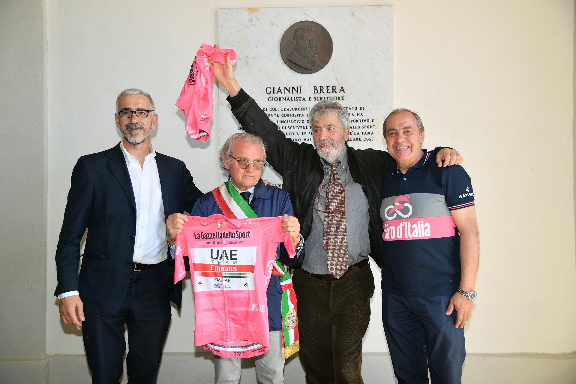 Da sinistra: Il Vicedirettore de La Gazzetta dello Sport Pier Bergonzi, il Sindaco di San Zenone al Po Eugenio Tartanelli, Franco, figlio di Gianni Brera e Mauro Vegni, Direttore del Giro d'Italia.